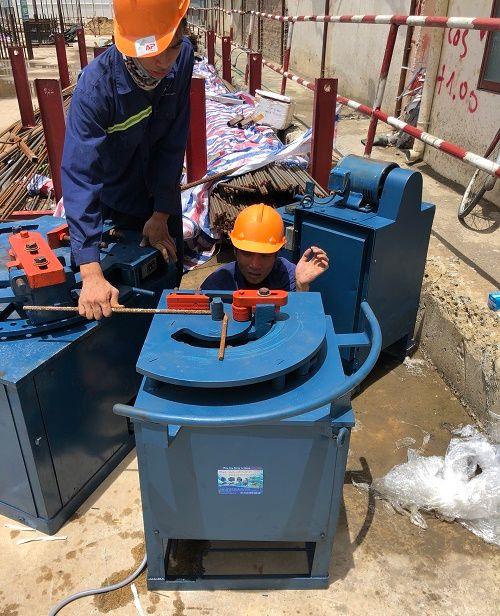 Bàn giao máy uốn sắt cho khách thuê máy