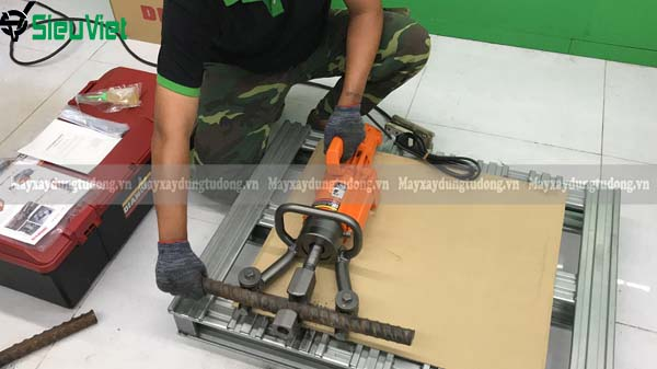 Ảnh thao tác uốn với máy DBR-32WH